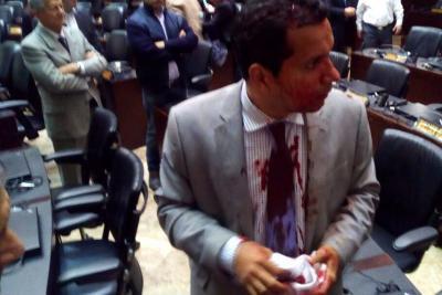 A golpes y con armas chavistas ingresan a la Asamblea de Venezuela