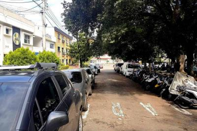 Denuncian invasión del espacio público por vehículos en la Avenida González Valencia