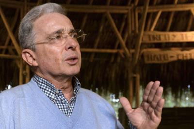 Álvaro Uribe reitera sus acusaciones hacia Daniel Samper Ospina