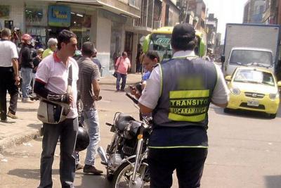 Le arrancan parte de una oreja a un auxiliar de Tránsito de Bucaramanga