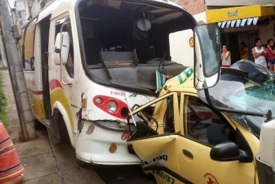 Fuerte colisión entre tres vehículos se registró en Floridablanca