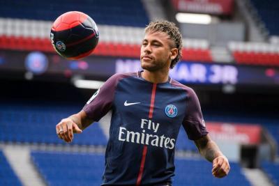 Ante la afición del PSG fue presentado Neymar