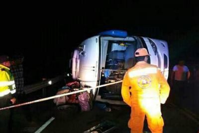 Un muerto y 21 heridos tras choque de un bus entre Santander y Boyacá