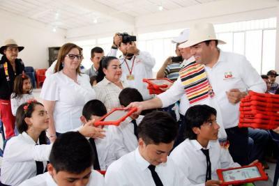 Estudiantes del colegio San Luis recibieron tabletas