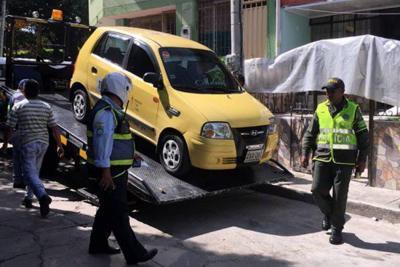 Taxista con 10 multas casi arrolla a un funcionario en Bucaramanga