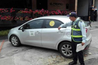 A un mes de llegada de los cepos metálicos a Bucaramanga, aparecen los cepos adhesivos