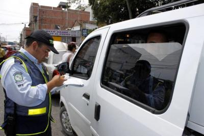 ¿Tiene un auto con vidrios polarizados? Descubra si se expone a una multa en Bucaramanga