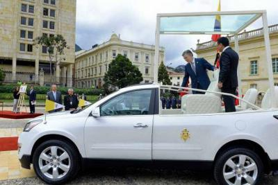 Presentan el Papa móvil y las estampillas que se usarán en Colombia
