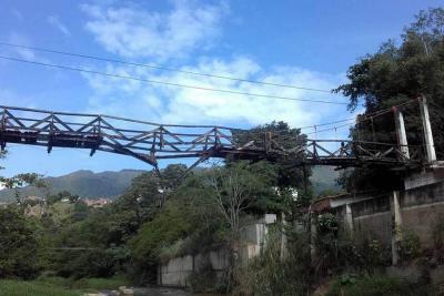 Denuncian demora en demolición de puente colgante en Girón