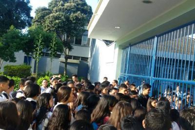 Alumnos y sus padres protestaron en el colegio Inem