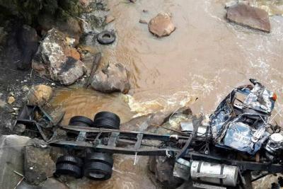 Tractocamión se volcó en Santander y derramó contaminante en el Río Suárez