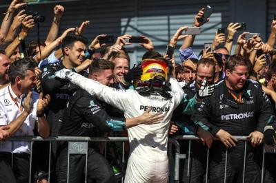 Hamilton ganó en el 'templo' de Ferrari