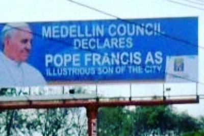 En Medellín pusieron una valla en inglés para recibir al Papa argentino