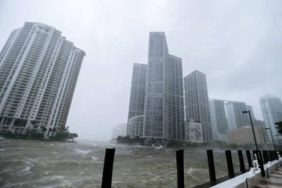 Tras llegar a Florida, huracán Irma deja sin energía a más de 800 mil casas