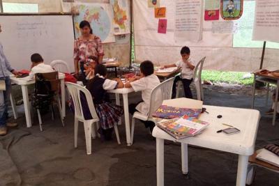 En una carpa y una choza reciben clases niños de primaria en Santander