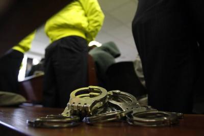 Envían a prisión a dos policías investigados por robo y extorsión