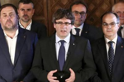 Puigdemont deja en suspenso la independencia de Cataluña