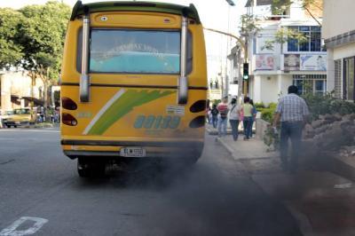 El 50,1 % de los carros revisados en Bucaramanga contaminan el aire