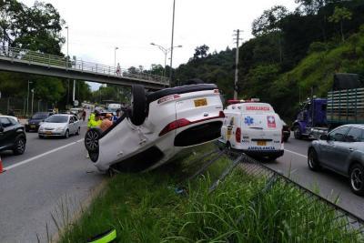 Camioneta terminó volcada en accidente de tránsito entre Piedecuesta y Floridablanca