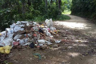 Esta vía de Floridablanca se convirtió en 'botadero' de escombros