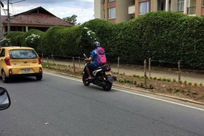 Transporta a menor de edad sin casco en moto por Bucaramanga