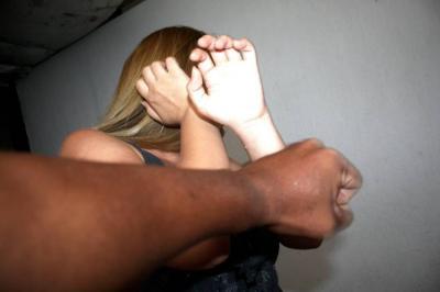 Denuncia en Santander agresión de su compañero sentimental