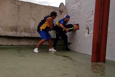 Hincha que intentó colarse en el estadio la Bombonera quedó atrapado en la pared
