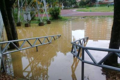 """Una """"tubería aplastada"""" y el olvido inundaron el estadio de atletismo"""