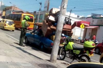 Ciudadanos captan imprudente trasteo por calles de Bucaramanga