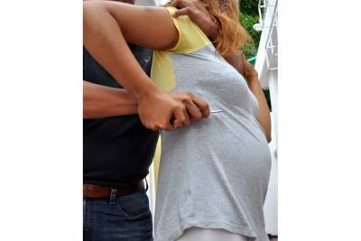 Mujer embarazada fue atacada con un cuchillo en medio de un atraco
