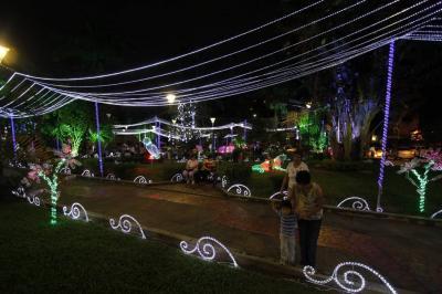 Un millón 824 mil bombillas de colores encienden la Navidad