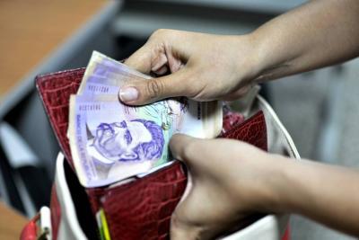 Colombianos gastan $18,7 de cada $100 para pagar cuotas e intereses