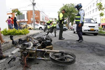 Comunidad incineró una moto de presuntos ladrones en Bucaramanga