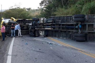 Habilitan paso en la vía Bucaramanga - Bogotá tras choque múltiple