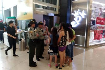 Policía de Turismo instaló stand en Parque Caracolí