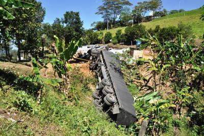 Aparatoso accidente  en la vía Oiba-Socorro