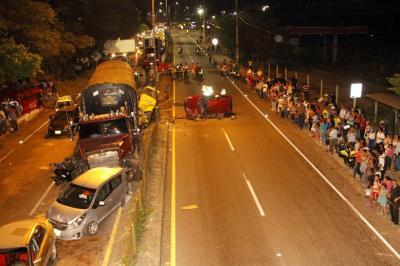 Tractocamión sin frenos se estrelló con 12 vehículos y dejó 21 heridos