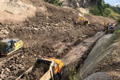 Se construye jarillón para habilitar el paso en la vía entre Bucaramanga y Barrancabermeja