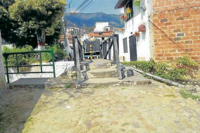 Denuncian abandono de puentes peatonales