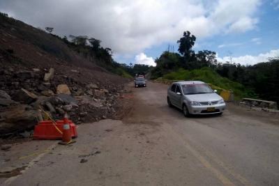Tractocamiones buscan pasar 'a la fuerza' por zona de derrumbe en vía a Barrancabermeja