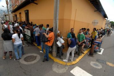 Cientos de venezolanos hacen filas en Bucaramanga por comida