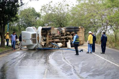 Un camión de basuras se volcó a pocos metros de la plaza campesina en Bucaramanga