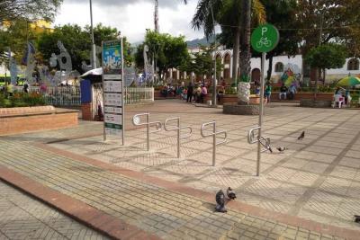 Parque principal de Floridablanca tiene  zona de parqueadero para los 'biciusarios'