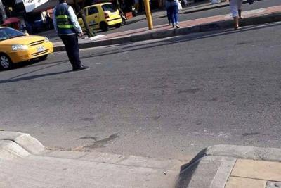 Personas con movilidad reducida denuncian adecuaciones excluyentes en cruce de avenida en Girón