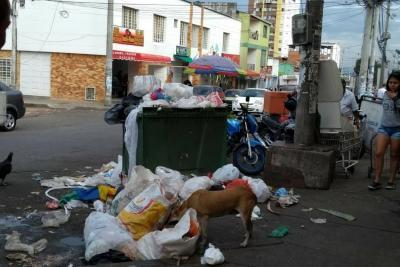 Con Policía controlarán caos de basura en la Plaza San Francisco