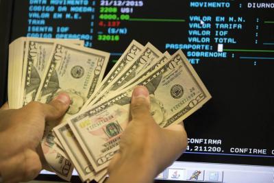 ¿Qué dicen los analistas sobre la baja en el precio del dólar?