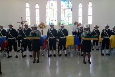 Rinden sentido homenaje a los cinco policías muertos durante el atentado