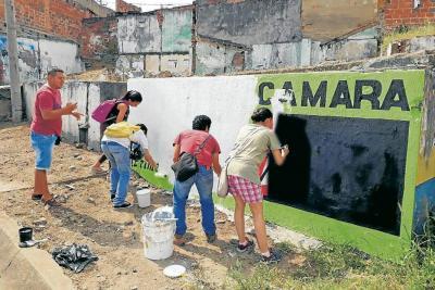 Jóvenes borran propaganda política de espacios públicos de sus barrios