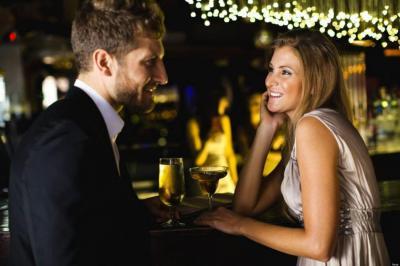 ¿Hablaría con un extraño en un bar?