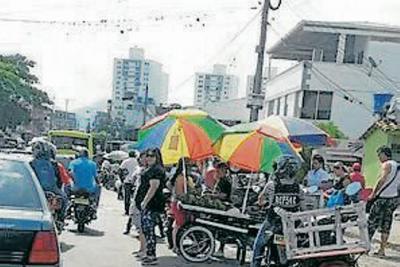 'Mercado persa' en plena vía de Bucaramanga